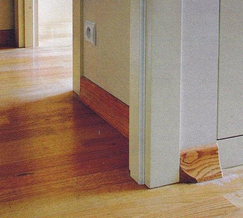 kak sostykovat plintus s dvernym nalichnikom