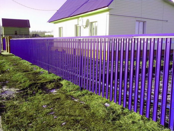 Покраска металлической изгороди
